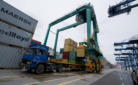 Containers being loaded at the Nansha Port in Guangzhou, Guangdong province. (Photo/Xinhua)