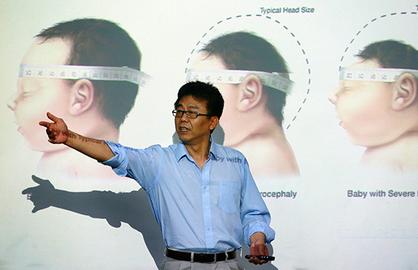 Researcher Xu Zhiheng explains findings of a Chinese team studying the Zika virus in Beijing on Wednesday. (Photo by Zou Hong/China Daily)